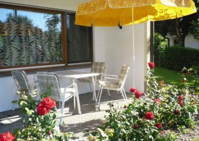 igel-ferienhaus-erdgeschoss-terrasse-garten-rosen